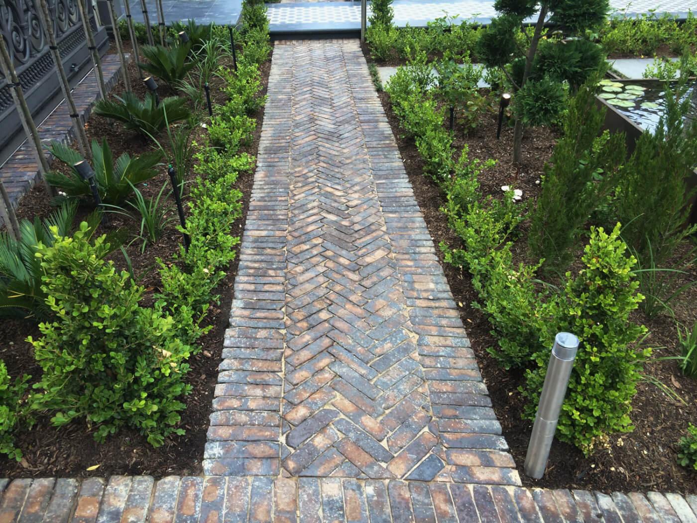 Mahongay Cobblestone Pavers On Edge In Garden